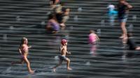 Des enfants jouent sur le Miroir d'Eau à Nantes, dans l'ouest de la France, le 24 juillet 2019 [LOIC VENANCE / AFP]