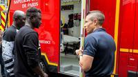 Mamoudou Gassama à la Brigade des sapeurs-pompiers de Paris, le 29 mai 2018 [Erwan Thepault / BSPP - Brigade de sapeurs-pompiers de Paris/AFP]