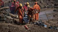 Des secouristes transportent un corps après la rupture d'un barrage près de Brumadinho au Brésil, le 28 janvier 2019 [Mauro PIMENTEL / AFP]
