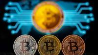 Une représentation visuelle de la crypto-monnaie Bitcoin dans une boutique de Tel-Aviv, le 6 février 2018 en Israël [JACK GUEZ / AFP/Archives]