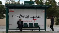 «Nous votons... pour nous et pour nos enfants». Un slogan inscrit sur une affiche à un arrêt de bus à Tunis, avant les municipales de dimanche, le 4 mai 2018  [FETHI BELAID / AFP]