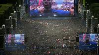 Des milliers de personnes assistent à la retransmission TV de la finale de l'Euro-2016 depuis la fan zone du Champ-de-Mars le 10 juillet 2016 à Paris [GEOFFROY VAN DER HASSELT / AFP]
