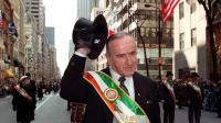 Albert Reynolds, ancien Premier ministre irlandais, salue la foule lors du traditionnel défilé de la Saint Patrick à New-York, le 17 mars 1998 [Jon Levy / AFP/Archives]