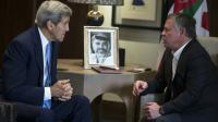 Le secrétaire d'Etat américain John Kerry (G) face au roi Abdallah II de Jordanie, le 24 octobre 2015 à Amman [CARLO ALLEGRI / POOL/AFP]