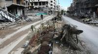 Des immeubles détruits par des bombardements du régime syrien dans une rue de Hammouriyé, le 27 février 2018 dans la Ghouta orientale [ABDULMONAM EASSA / AFP]