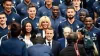 Emmanuel et Brigitte Macron posent avec l'équipe de France de football, le président de la Fédération française de football (FFF) Noël Le Graët et la ministre des Sports Laura Flessel, à Clairefontaine-en-Yvelines, le 5 juin 2018 [FRANCK FIFE / AFP]