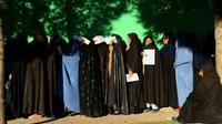 Des Afghanes font la queue pour voter à Herat, le 20 octobre 2018 [HOSHANG HASHIMI / AFP]