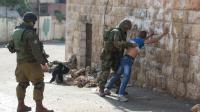 Des soldats israéliens fouillent un Palestinien, le 29 octobre 2015 à Hébron, en Cisjordanie [MENAHEM KAHANA / AFP]