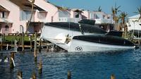 Un catamaran renversé aux Bahamas après le passage de l'ouragan Dorian, le 11 septembre 2019 [Andrew CABALLERO-REYNOLDS / AFP]