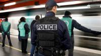 Un policier et des employés de la RATP, le 30 décembre 2015 à Paris [KENZO TRIBOUILLARD / AFP]