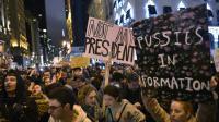 Des opposants au nouveau président élu Donald Trump manifestent sur la 5e Avenue à New York, le 9 novembre 2016 [MANDEL NGAN / AFP]
