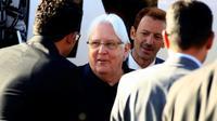 L'émissaire des Nations unies, le Britannique Martin Griffiths (C), à son arrivée à l'aéroport de la capitale yéménite Sanaa le 5 janvier 2019 [MOHAMMED HUWAIS / AFP]