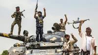 Des membres des forces séparatistes sudistes au Yémen font le V de la victoire à bord d'un char sur la périphérie de la province d'Abyane, voisine de celle d'Aden, le 29 août 2019  [Saleh Al-OBEIDI / AFP]