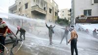 Les forces de sécurité  font usage de canons à eau pour disperser des manifestants pro-palestiniens près de l'ambassade américaine à Awkar, dans la périphérie nord de Beyrouth, le 10 décembre 2017  [ANWAR AMRO / AFP]