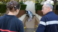 Des pompiers en intervention dans un garage de Mandelieu-la-Napoule inondé, le 4 octobre 2015 [BORIS HORVAT / AFP]