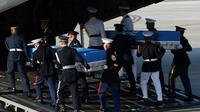 DEs gardes d'honneur américains portent les réceptacles contenant des dépouilles remontant à la Guerre de Corée à la base militaire d'Osan à Pyeongtaek, en Corée du Sud, le 01 août 2018 [Chung Sung-Jun / POOL/AFP]