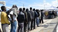 Des migrants arrivent au port de Messina, après une opération de sauvetage par les gardes-côtes italiens, le 17 mars 2016 en Sicile [GIOVANNI ISOLINO / AFP/Archives]