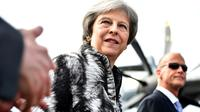 La Première ministre britannique Theresa May (c) arrive au salon de Farnborough, dans le sud-ouest de Londres, accompagnée du patron d'Airbus Tom Enders (d), le 16 juillet 2018 [Ben STANSALL / AFP]