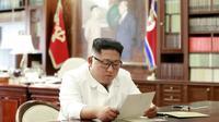 Une photographie de l'agence officielle nord-coréenne KCNA publiée le 23 juin 2019 montre Kim Jong Un lisant une lettre de Donald Trump [KCNA VIA KNS / KCNA VIA KNS/AFP]