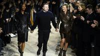 Kate Moss et Naomi Campbell sur le podium avec le créateur Kim Jones à la fin du défilé Louis Vuitton à Paris, le 18 janvier 2018  [BERTRAND GUAY / AFP]
