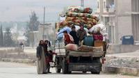 Une famille fuit les combats à la périphérie de la province syrienne d'Idleb entre régime et jihadistes, le 29 décembre 2017 [OMAR HAJ KADOUR / AFP]