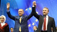 Recep Tayyip Erdogan, sa femme Emine Erdogan et le président de la présidence collégiale de Bosnie-Herzegovine Bakir Izetbegovic lors d'un meeting électoral à Sarajevo le 20 mai 2018, sur une photo fournie par le service de presse de la présidence turque [Kayhan OZER / TURKISH PRESIDENTIAL PRESS SERVICE/AFP]