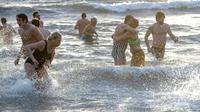 Des baigneurs participent au traditionnel bain du Nouvel An en mer Baltique à Ystad, dans le sud de la Suède, le 1er janvier 2019. [Johan NILSSON / TT NEWS AGENCY/AFP]