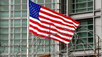 La bannière étoilée flotte à l'entrée de l'ambassade américaine de Moscou, le 2 avril  2018 [Vasily MAXIMOV  / AFP]