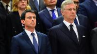 Le Premier ministre français Manuel Valls (g) et le roi Philippe de Belgique (d) lors de la minute de silence à la Commission européenne le 23 mars 2016 à Bruxelles [EMMANUEL DUNAND / AFP]