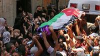 Des Palestiniens participent le 2 juin 2018 aux funérailles dans la bande de Gaza d'une jeune Palestinienne tuée par des tirs de soldats israéliens [Mahmud Hams / AFP]