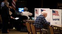 Dans un bureau de vote pour les élections de mi-mandat aux Etats-Unis, à Fairfax en Virginie le 6 novembre 2018 [ANDREW CABALLERO-REYNOLDS / AFP]