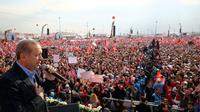 Photo prise et fournie le 8 avril 2017 par les services de la présidence turque montrant le président Recep Tayyip Erdogan s'exprimant lors d'un meeting à Istanbul [KAYHAN OZER / TURKISH PRESIDENTIAL PRESS SERVICE/AFP]