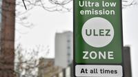 Les nouveaux panneaux de signalisation indiquant l'entrée de la zone à ultra basse émission dans le centre de Londres, le 8 avril 2019 [Ben STANSALL / AFP]