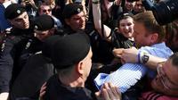 Le leader de l'opposition russe Alexeï Navalny interpellé à Moscou, le 5 mai 2018 [Kirill KUDRYAVTSEV / AFP]