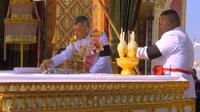 Le roi thaïlandais Maha Vajiralongkorn (c) prend les endres de son père, le défunt roi Bhumibol Adulyadej, pour les placer dans des urnes funéraires, le 27 octobre 2017 lors de ses funérailles à Bangkok [ / POOL/AFP]