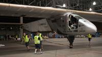L'avion Solar Impulse 2 avant que le pilote Bertrand Piccard ne monte à bord à l'aéroport Kalaeloa à Hawaii le 21 avril 2016 [Eugene Tanner / AFP]