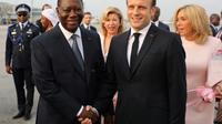 Le président français Emmanuel Macron (d) et le président de Côte d'Ivoire Alassane Ouattara, à l'aéroport d'Abidjan, le 20 décembre 2019 [LUDOVIC MARIN / AFP]