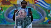 Une femme tient un portrait de Fidel Castro, en hommage au père de la Révlution cubaine au lendemain de sa mort, le 26 novembre 2016 à La Havane [Yamil LAGE / AFP]