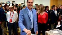Le Premier ministre sortant Pedro Sanchez dépose son bulletin dans l'urne dans un bureau de vote à Madrid, le 28 avril 2019 pour les élections législatives [JAVIER SORIANO / AFP]