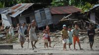 Des villageois près de leurs maisons détruites par un tsunami, sur les îles Metawai, à l'ouest de Sumatra, en Indonésie, le 31 octobre 2010 [Bay Ismoyo / AFP/Archives]