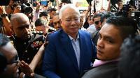 L'ex-Premier ministre malaisien, Najib Razak (c) se rend au bureau de la Commission anti-corruption, le 22 mai 2018 à Putrajaya [Manan VATSYAYANA / AFP/Archives]
