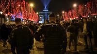 Des gendarmes en patrouille sur les Champs Elysées, le 31 décembre 2018 à Paris  [Lucas BARIOULET / AFP]