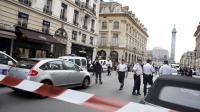 Des policiers bloquent l'accès à la place Vendôme après un cambriolage le 4 octobre 2013 à Paris [Thomas Samson / AFP/Archives]