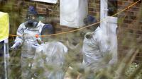 Des enquêteurs devant la maison de Serguei Skripal le 22 mars à Salisbury dans le sud de l'Angleterre [Geoff CADDICK / AFP]