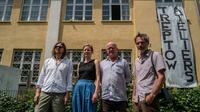Les artistes allemands Sebastian Koerbs et Lydia Paasche (g) aux côtés de leur collègue irlandais Lorcan O'Byrne et du photographe italien Michele Caliari (d), devant les Treptow Ateliers à Berlin, le 20 juin 2019 [John MACDOUGALL / AFP]