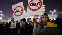 Des Roumains manifestent le 3 février 2017 devant le siège du gouvernement à Bucarest la tentative du gouvernement social-démocrate d'assouplir la législation anticorruption [DANIEL MIHAILESCU / AFP]