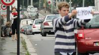 Des personnes font de l'auto-stop sur le périphérique extérieur, le 10 juillet 2009 à Paris [Emilien Cancet / AFP/Archives]