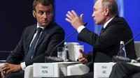 Le président français Emmanuel Macron et son homologue russe Vladimir Poutine lors du Forum économique de Saint-Pétersbourg le 25 mai 2018 [Kirill KUDRYAVTSEV / AFP]