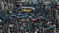 Des milliers de manifestants marchent dans l'artère principale du quartier de Mong Kok, le 20 octobre 2019 à Hong Kong [Philip FONG / AFP]