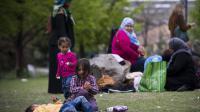 Des réfugiés syriens ayant fui la guerre dans leur pays installés dans le square Edouard Vaillant à Saint-Ouen, situé aux abords du périphérique parisien, le 21 avril 2014 [Joel Saget / AFP/Archives]